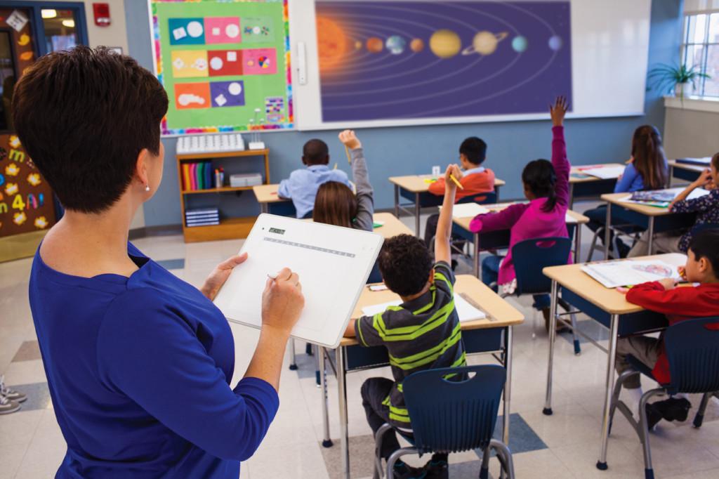¿Y si pudieras caminar por el salón de clases mientras estás enseñando desde la pizarra?