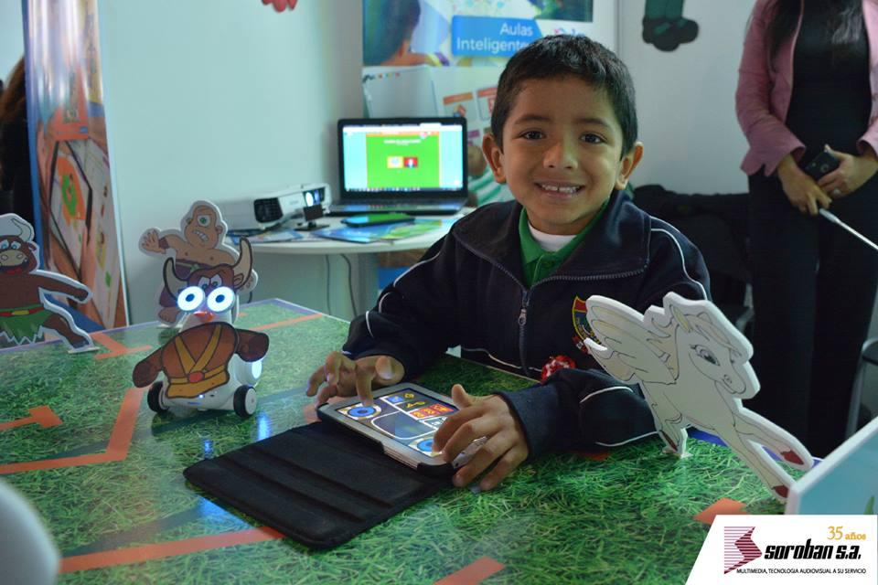 Alumno del Colegio Pedro Ruiz Gallo aplicando robótica Lúdica